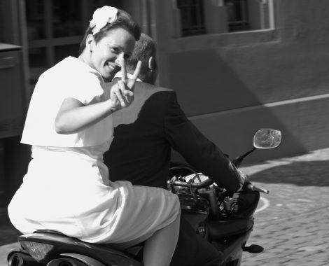 Braut auf Motorbike mit Victory Zeichen digital